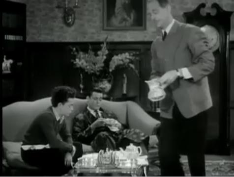 """""""עוד תה אדון ברוס? מה לגבי הילד שפתאום גר כאן? שוקו או..."""""""